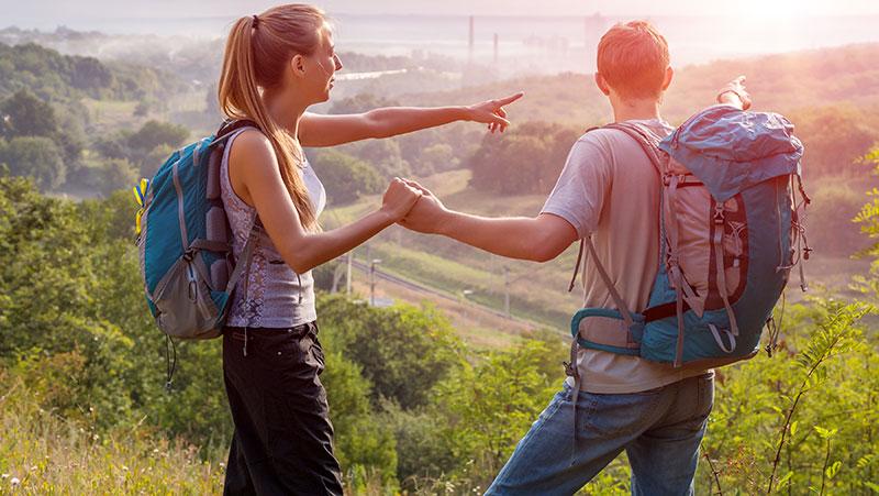 Zwei Menschen mit Wanderrucksäcken